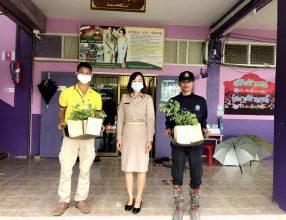 กรมป่าไม้ อำเภอจอมบึง ที่นำต้นพยุง จำนวน 10 ต้น มาให้โรงเรียนปลูก